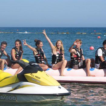 Jeunes à la plage à Chypre