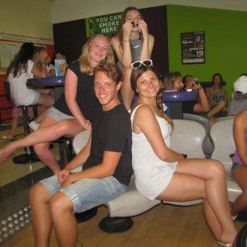 Etudiants qui jouent au bowling à Chypre